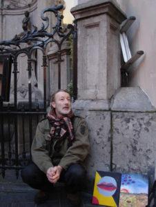 Александр Мешков, (сидит) продает свои картины возле писающего мальчика в центре Брюсселя (Бельгия)